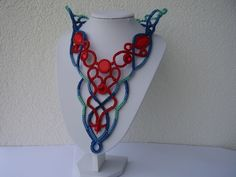 The Queen Of The Seas Exkluzivní autorský náhrdelník vyrobený do aktuální mezinárodní soutěže Fashion colorworks beading contest 2013. Tento ručně šitý náhrdelník představuje barvy a symboly typické pro moře a podmořský svět: červená barva - barva korálových útestů a mořských živočichů(symbol života), modrá a jadeitově zelená - barva moře, mořské hladiny a ...