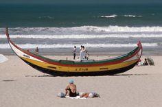 Aveiro, plácida costa de pescadores: Caballitos de mar en Costa Nova | El Viajero | EL PAÍS Un barco pesquero en la costa de Aveiro, en Portugal. / Wolfgang Kunz
