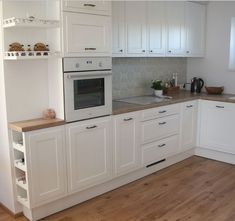 Cucina in legno bianco - tally osmer Cucina in legno bianco Cucina in legno bianco Diy Kitchen Decor, Diy Home Decor, Kitchen Interior, Interior Design Living Room, White Wood Kitchens, Kitchen White, Wooden Kitchen, Paint Colors For Living Room, Cuisines Design