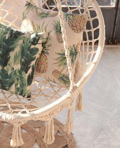 Greenterior : comment végétaliser son intérieur avec Style ? // Hëllø Blogzine blog deco & lifestyle www.hello-hello.fr #greenterior #urbanjungle #green #tropical #vegetal Style Tropical, Tropical Design, Tropical Vibes, Island Inn, Blog Deco, Tropical Houses, Decoration, Hanging Chair, Pillows