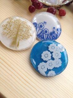 まるい、陶器みたいなプラバンブローチはシンプルながら可愛さがいっぱい。 プラバンにUVレジンを使うと、こんな風にふっくら盛り上がった仕上がりになります。