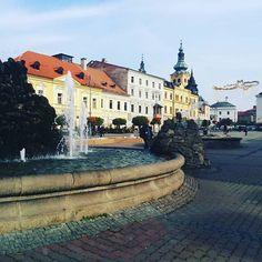 Площадь в Банске Быстрице замечательно красивая, как и весь пешеходный центр, который здесь реально большой и очень приятный!  #банскабыстрица #Словакия #banskabystrica #Slovakia Bratislava, Victoria, Mansions, Photo And Video, House Styles, Beautiful, Instagram, Manor Houses, Villas