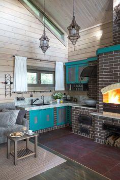 Маленькая и яркая кухня студия в частном доме