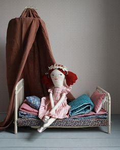 """""""Mi piace"""": 491, commenti: 17 - Merrilee Liddiard (@mer_mag) su Instagram: """"I've decided I'm just going to make my dream world in doll size. New doll slumber bedding…"""""""