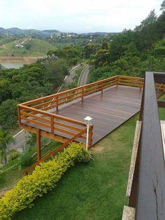 Casa do sítio in 2019 Sloped Yard, Sloped Backyard, Backyard Patio, Backyard Landscaping, Steep Hillside Landscaping, Deck Railing Design, Deck Railings, Deck Design, Hillside Deck