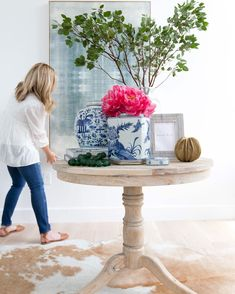 In case you have a traditional style, living room with ginger jars decor will look so nicely. Naturally, fresh flowers work too so long as they fit the ambience you're attempting to create. Studio Mcgee, Shabby, Blue And White China, White Oak, Chinoiserie Chic, Decorated Jars, Lounge, Ginger Jars, White Houses