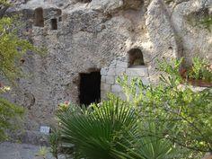Um dos locais mais visitados em Jerusalém é um túmulo. Mas esse é bem diferente de qualquer um outro pois está vazio. Túmulo de Jesus Cristo. A sensação de visitar e entrar nesse túmulo é inexplicável é indizível é mais que emocionante... #gardemtomb #tombofjesus #porondeviajo #jesusalem #israel by porondeviajo