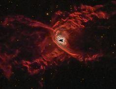 Nebulosa de la Araña Roja (NGC 6537 o Nebulosa de la Viuda Negra). Es una nebulosa planetaria en la constelación de Sagitario, está constituida por dos lóbulos simétricos, originados por la atracción gravitatoria de una enana blanca y una estrella acompañante.