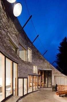 Villa Vals in het Zwitserse plaatsje Vals is in een bergwand ingegraven: een knap staaltje architectuur van Christian Muller Architects en SeARCH. Het plan was om de woning volledig te integreren in het landschap om de natuur zo min mogelijk geweld aan te doen. De inrichting is een mix van hedendaags Dutch Design en kwam […]