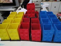 Porta Lápis Lego Feitos em e.v.a Pode ser feito em outras cores Quantidade minima: 10 unidades Com mais 2,80 por unidade envio embrulhado, cheio de guloseimas e com tag. * OBS: o prazo de produção varia de acordo com a agenda, mas combino com o comprador um prazo ideal.