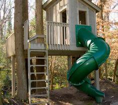 originale-petite-maison-avec-une-chute-couvert-en-vert