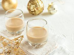 Make Toffifee liqueur yourself- Toffifee-Likör selber machen Make Toffifee liqueur yourself - Almond Toffee, Toffee Bars, Liqueur, Bon Appetit, Finger Foods, Glass Of Milk, Smoothies, Panna Cotta, Food And Drink