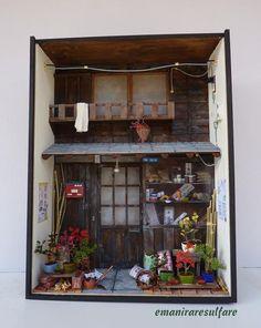 MINIATURA IN SCALA 1:12 - misura cm.36,3 x 27,5 x 10,5. Rappresenta una rivendita di bonsai nella vecchia Tokyo.