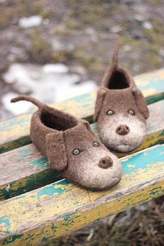Chocolate Labrador Retriever dogs slippers, any breed custom personalized. Labrador themed bed cover and pillow. Chocolate Labrador Retriever, Labrador Retriever Dog, Labrador Puppies, Wet Felting, Needle Felting, Felted Slippers Pattern, Felt Slippers, Sewing Slippers, Felt Shoes