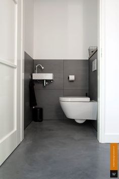 Woonbeton, gevlinderd beton, betonvloer Toilet And Bathroom Design, Small Toilet Room, Washroom Design, Toilet Design, Bathroom Layout, Bathroom Interior, Interior Design Living Room, Tiny Bathrooms, Small Bathroom