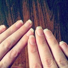 Consejos para tener las uñas fuertes y brillantes Unas uñas resistentes y con un brillo natural no son sólo indicadoras de buena salud, sino también del buen cuidado que le das a tus manos.