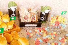 Pipocas Gourmet e jujubas coloridas deram aquele toque fofo na mesa de comidinhas