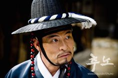 The Slave Hunters(Hangul:추노;RR:Chuno) is a 2010South Koreanaction historical drama set in theJoseon Dynastyabout a slave hunter (played byJang Hyuk) who is tracking down a general-turned-runaway slave (Oh Ji-ho) as well as searching for the woman he loves (Lee Da-hae).It aired onKBS2 for 24 episodes. 이한워