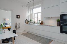 white kitchen // cozinha branca ~ via my scandinavian home Kitchen Dinning, Cozy Kitchen, Scandinavian Kitchen, Minimalist Scandinavian, Kitchen White, Scandinavian Benches, Kitchen Decor, Nordic Kitchen, Kitchen Rug