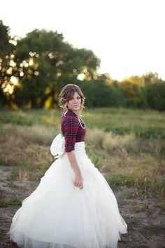 falda de novia y camisa de leñador a cuadros rojos