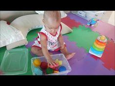 bebê e caixa sensorial