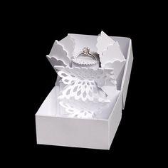 Коробка ювелирных изделий с поп-ап эффект я создал эту концепцию шкатулка для моего клиента Highcon. Это особенно хорошо, как подарочная упаковка для драгоценного кольца – и специально для презентации...