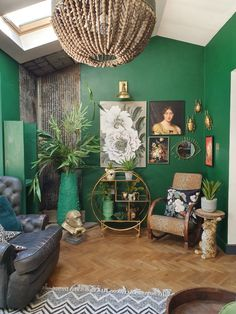 Trends 32 Stylish Green Wall Paint for Your Living Room Ideas The single choice of paint color will change the entire atmosphere of your living room. To find the perfect color for your home, start by deciding what you want. Dark Green Living Room, Green Rooms, Bedroom Green, Living Room Designs, Living Room Decor, Bedroom Decor, Green Painted Walls, Dark Green Walls, Casa Loft