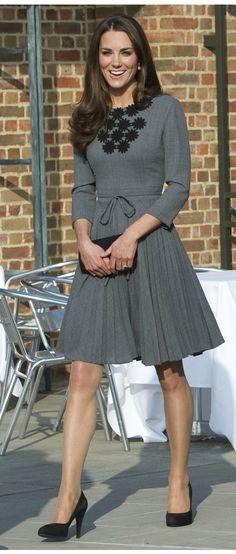 Kate Middleton in einem grauen Kleid