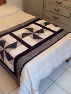 Pié de Cama. Bed Runner, Man Quilt, Boy Quilts, Table Runner And Placemats, Quilted Table Runners, Table Covers, Bed Covers, Old Cd Crafts, Ribbon Quilt