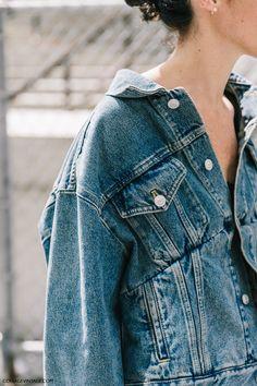 ¿Quién luce mejor la chaqueta de Balenciaga vista en el street style de la NYFW?...