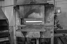 Eine kleine Reise durch die HEISO Fabrik . Teil 1: Die Härterei . Während des Härtens findet ein essenzieller Prozess statt den jedes Schneidinstrument durchlaufen muss. Ob Industriemesser Küchenmesser Rasierklingen oder Nagelscheren  jedes dieser Schneidwerkzeuge durchläuft die Härterei. Beim Härten wird das Stahlerzeugnis sehr stark erhitzt. Je nach Stahllegierung wird die Temperatur auf über 1000 Grad Celsius getrieben. . Im Anschluss wird der Stahl in Wasser Öl Luft oder Eis…