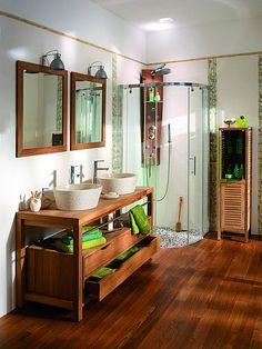 Originale, la douche est habillée de vrais galets qui sharmonisent parfaitement avec lambiance bois. Colonie. Lapeyre.