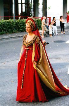 Medival dress, Italian style Clarice Orsini at Piero il Gotosso's funeral. Mode Renaissance, Costume Renaissance, Renaissance Dresses, Medieval Costume, Renaissance Fashion, Medieval Dress, Medieval Clothing, Italian Renaissance Dress, Medieval Fantasy