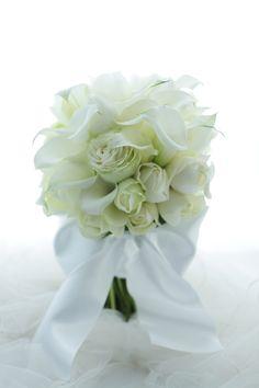 一会から徒歩数分の、八芳園様へのブーケでした。カラーとバラだけのブーケ。実はこの写真も、昨日データがふっとんだ一部ですが、これはなんとかRAW画像(写真の... Calla Lillies, Calla Lily, Floral Wedding, Wedding Flowers, Beautiful Bouquet Of Flowers, Bride Bouquets, Wedding Styles, Flower Arrangements, Wedding Decorations