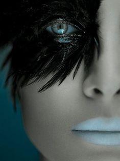 Black swan makeup for Halloween. Maquillage Halloween, Halloween Makeup, Beauty Makeup, Hair Makeup, Makeup Eyes, Blue Makeup, Fantasy Make Up, Foto Fashion, Fashion Models