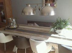 Prachtige lampen, stoelen en eettafel gemaakt van steigerhout.