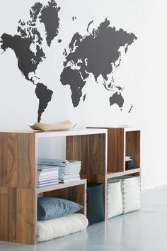 Sisustustarra toimii katseenkiinnittäjänä vaalealla seinustalla. Sisustuksessa käytetyt tuotteet: Ferm Living Maailmankartta-sisustustarra.