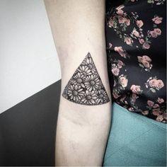 Daisy triangle tattoo on the right bicep. Tattoo artist: Akauã...