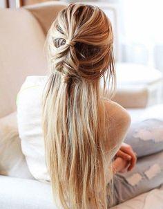 La demi queue-de-cheval tressée sur cheveux longs