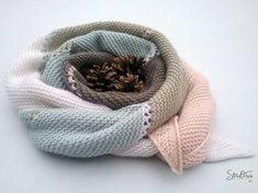 Ein ganz besonderer Halsschmeichler aus Kaschmir und Merinowolle ist dieser asymetrische Schal mit schräg verlaufenden Enden.