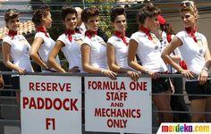 Para umbrela girls berdiri di samping trek kejuaraan F1 Grand Prix Monaco di sirkuit Monte Carlo.