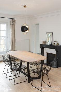 Ambiance minimaliste et graphique dans cette salle à manger en noir et bois