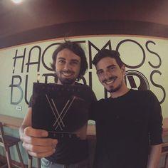 Mattia de @_charliepapa con Samuel de @versedbanda ¿ya descargaste lo nuevo de Versed? Entra a Cusica y escucha #Visiones, la nueva producción de la banda. -