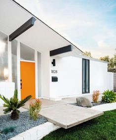 Mid Century House Exterior Design The Best Looks Natural Modern House Exterior Century design exterior house Mid Natural White Exterior Houses, House Paint Exterior, Exterior House Colors, Modern Exterior, Exterior Design, Maison Eichler, Eichler Haus, Midcentury Modern, Mid Century Modern Landscaping