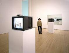 Dan Graham, Time delay room, 1974, série installations vidéographiques. Divers dispositifs avec images enregistrées en direct puis rediffusées sur moniteurs avec décalage. Interpénétrations spatio-temporelles. Le spectateur est sujet mais aussi objet de perception.