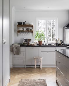 """Carina Olander on Instagram: """"I senaste numret av @tidningenlantliv 2/20 har @truelsen och jag med ett inspirationsjobb som vi gjort tillsammans. Tack Elin och Niklas…"""" Beautiful Interior Design, Nordic Design, Kitchen Interior, Kitchen Cabinets, The Originals, Modern, Table, Furniture, Kitchen Inspiration"""