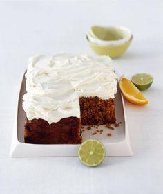 Rezept für saftigen Möhrenkuchen mit Kokosraspeln und Korinthen, getränkt mit Limetten- und Orangensaft.