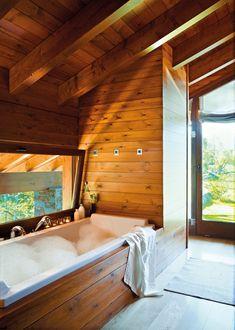 Bañera de Philippe Starck para Duravit. Grifería modelo Axor de Hansgrohe. Toalla de lino de Teixidors, en Matèria.