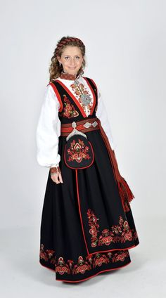 Kvinnebunad fra Øst-Telemark med Rankebroderi Folk Costume, Costumes, Costume Ethnique, Belly Dancers, Folklore, Traditional Outfits, Vikings, Norway, Scandinavian