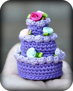 Free pattern: Purple Delight stapel petit four Crochet Cake, Crochet Amigurumi, Crochet Food, Love Crochet, Crochet Gifts, Diy Crochet, Crochet Keychain Pattern, Crochet Projects, Free Pattern